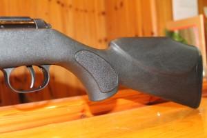 Parte trasera de la carabina Diana Magnum 350 Panther detalle de gatillo y culata